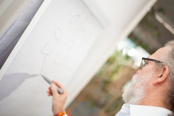 Photo: Peter Gietz drafts a software solution on a whiteboard