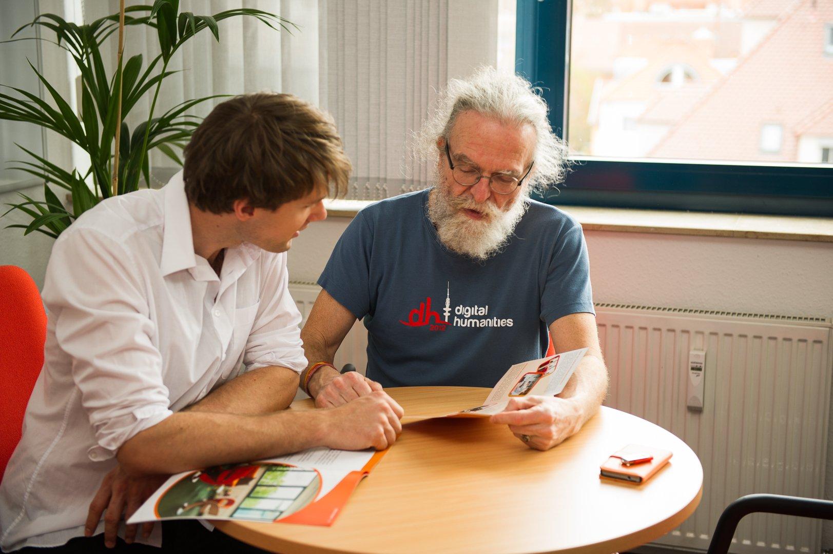 Peter Gietz im Gespräch mit Mitarbeiter
