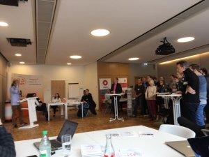 Geschäftsführer Peter Gietz präsentiert DAASI International den Absolventen und Studierenden