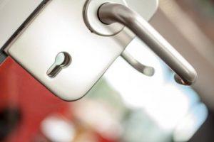 Foto: Glasstür versinnbildlicht Access Management
