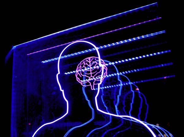 Neonlichter die menschlichen Silouhette formen mit Gehirn im Hintergrund (dekorativ)